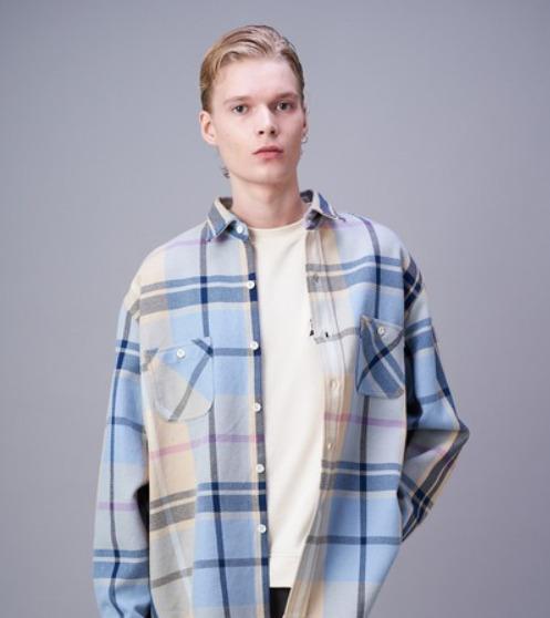 深澤先生(岸優太)のチェック柄のシャツ